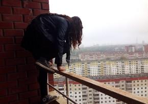 В Баку 14-летняя девушка бросилась с 9-го этажа
