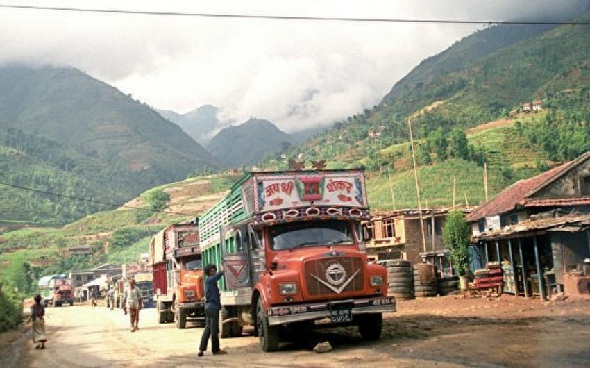 Nepalda yük maşını dərəyə yuvarlanıb, 18 nəfər ölüb, 16 nəfər yaralanıb