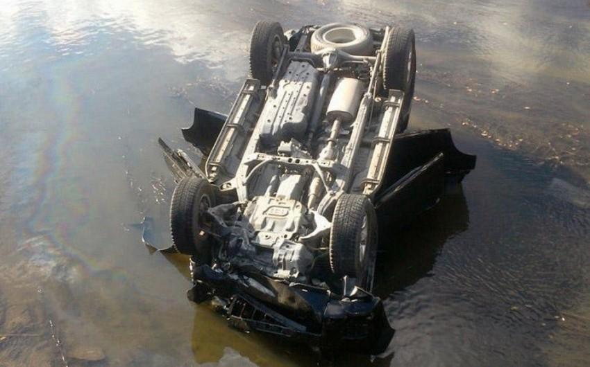 Salyanda avtomobil kanala düşüb, 2 nəfər ölüb