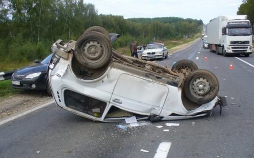 Goranboyda minik maşını aşıb, sürücü xəsarət alıb