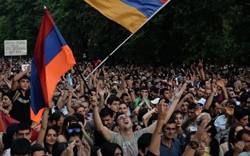 Ermənistan Konstitusiya Məhkəməsinin binası qarşısında mitinq başlayıb