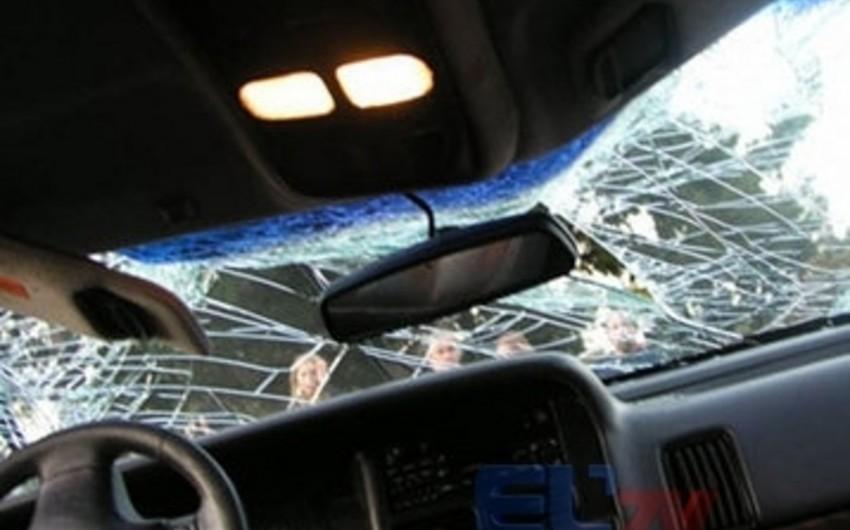 В Агстафе легковой автомобиль столкнулся с электровозом, семейная пара получила ранения