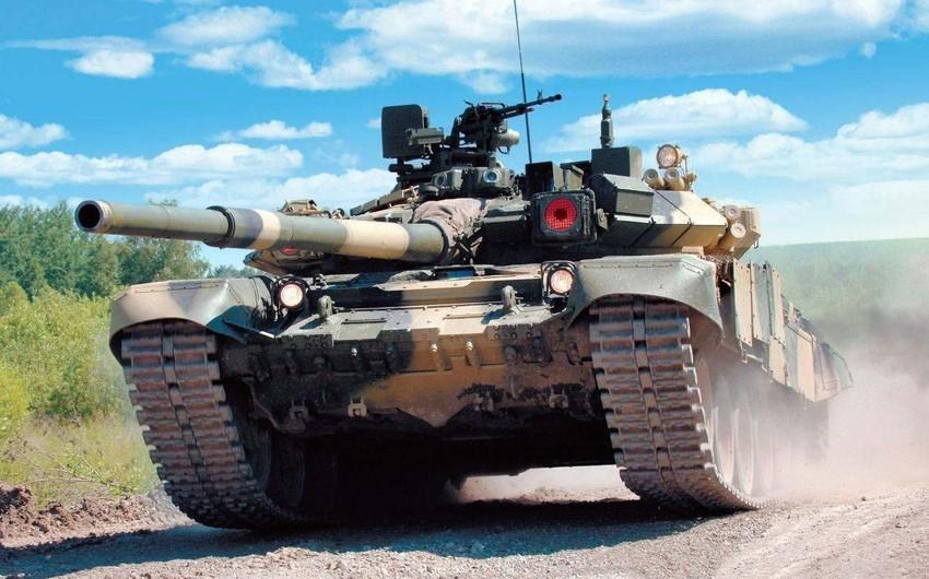 Rusiyada hərbçi tankın altında qalıb