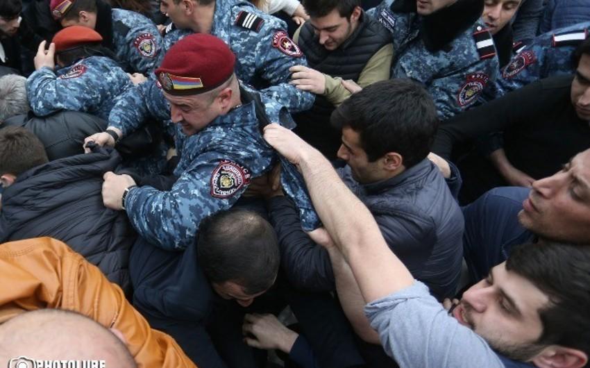 Yerevanda aksiya iştirakçılarını döyən polis işdən qovulub