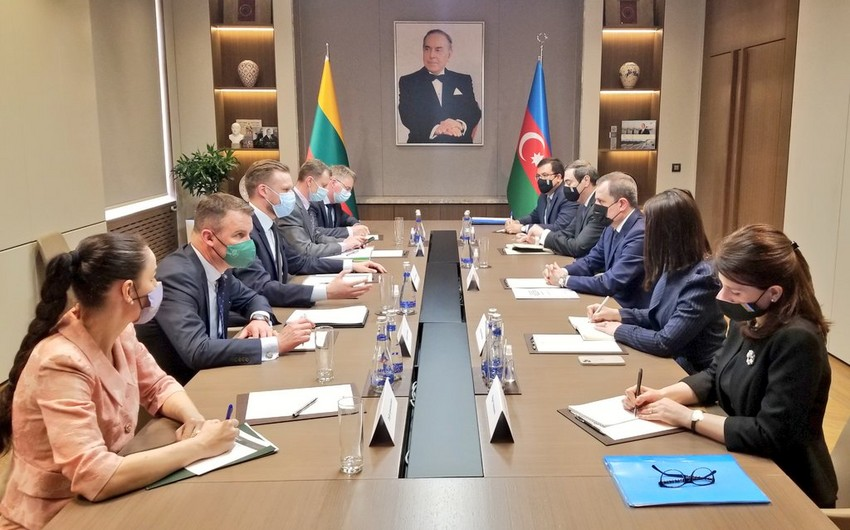 Jeyhun Bayramov meets with his Lithuanian counterpart