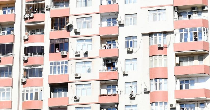 Bakısakinləri eyvanlarından Prezident İlham Əliyev və birinci xanımı salamlayıblar