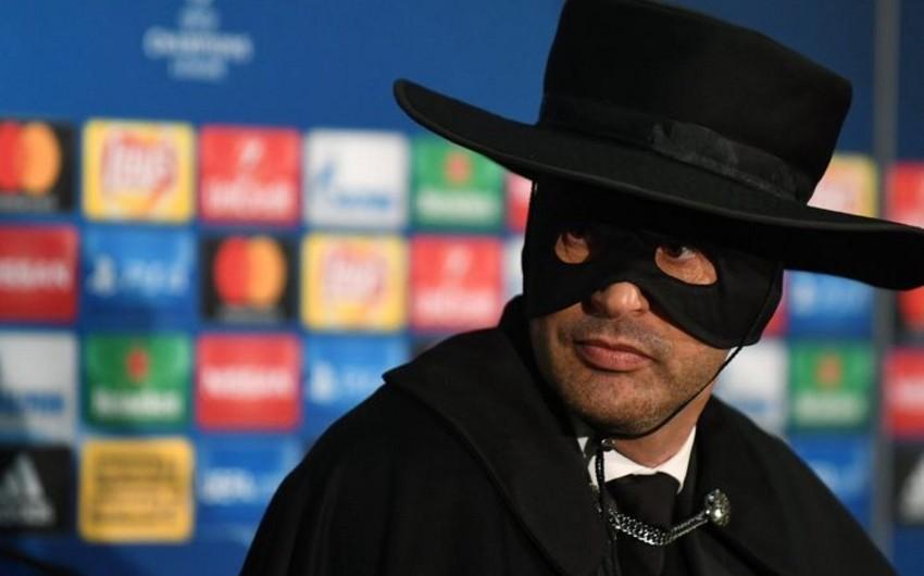 Тренер Шахтёра пришёл на пресс-конференцию в костюме Зорро - ВИДЕО