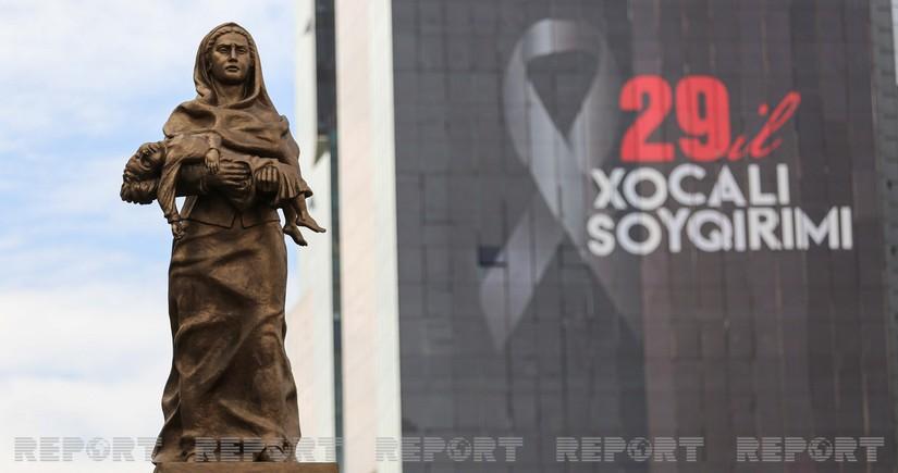 В 29-ую годовщину Ходжалинской трагедии народ посещает памятник Крик матери