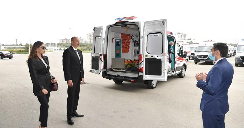 Ильхам Алиев и Мехрибан Алиева ознакомились с новыми автомобилями скорой помощи