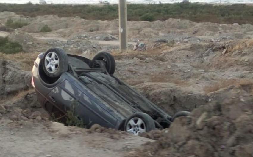 Sumqayıtda minik avtomobili aşıb, xəsarət alan var - FOTO