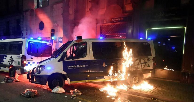 В Барселоне протестующие грабят магазины