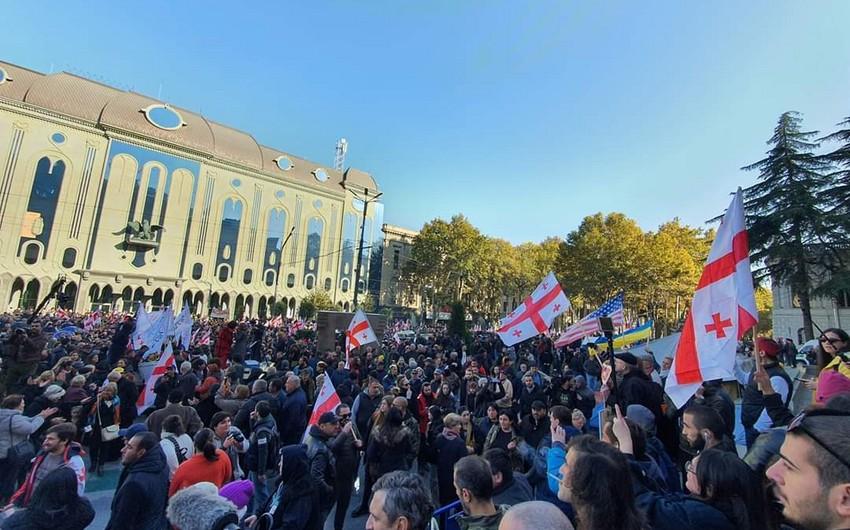 Gürcüstan DİN etirazçıları parlamenti bloklamağı dayandırmağa çağırıb
