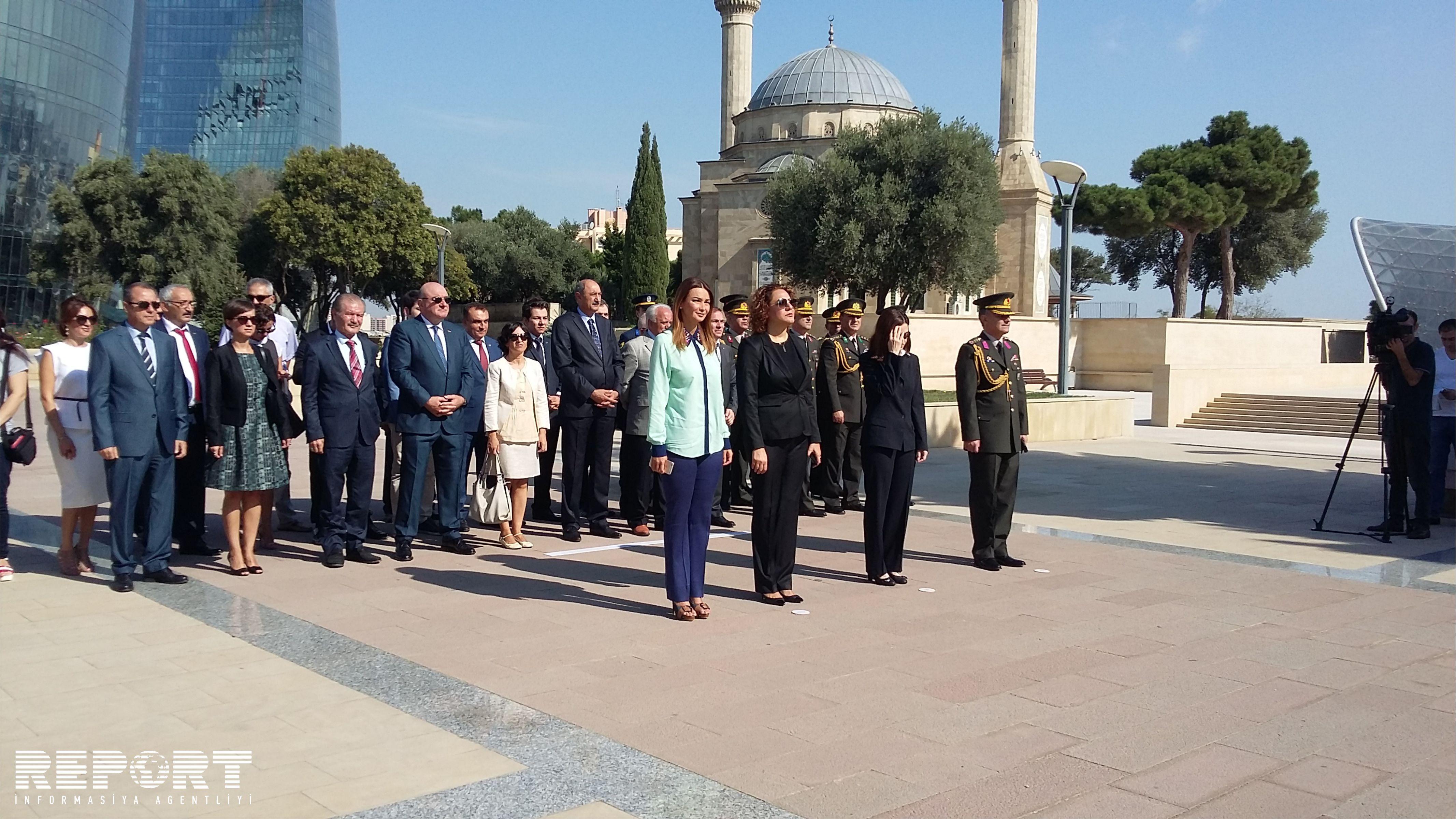 Сотрудники посольства Турции посетили памятник турецким шехидам в Баку