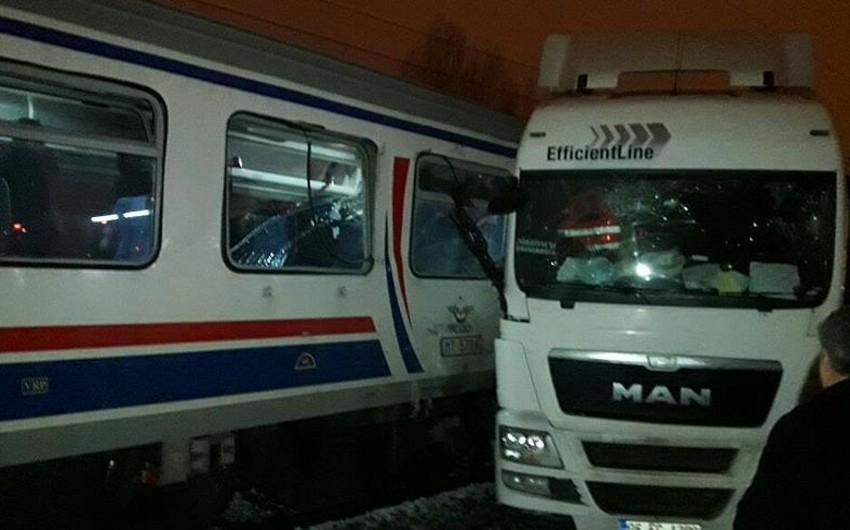 Türkiyədə sərnişin qatarı yük avtomobili ilə toqquşub: ölən və yaralananlar var