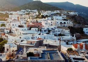 Yunanıstan 30-dan çox ölkə turistləri üçün məcburi karantini ləğv edir