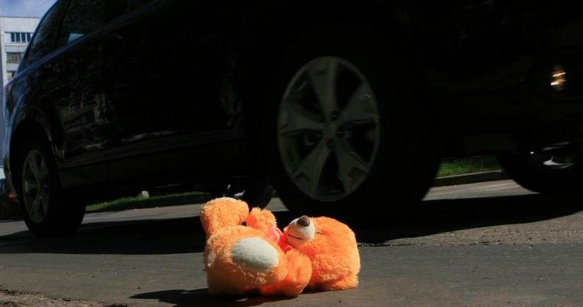 Bakıda avtomobil 1 yaşlı uşağın ayağının üzərindən keçdi