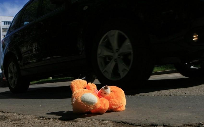 Bakıda gənc oğlanı və 2 yaşlı körpəni avtomobil vurub