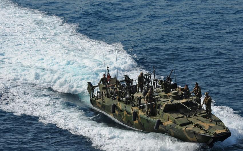ABŞ-ın hərbi gəmisi ona yaxınlaşan İran katerlərinə xəbərdarlıq atəşi açıb