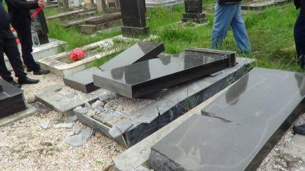 В Имишли сломаны надгробные плиты на сельском кладбище