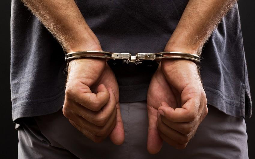 В Баку задержан вооруженный мужчина с наркотиками