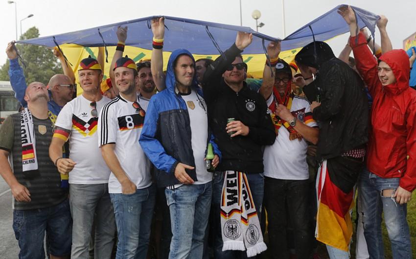 Fransada Almaniya və Ukrayna komandalarının azarkeşləri arasında toqquşma baş verib - VİDEO