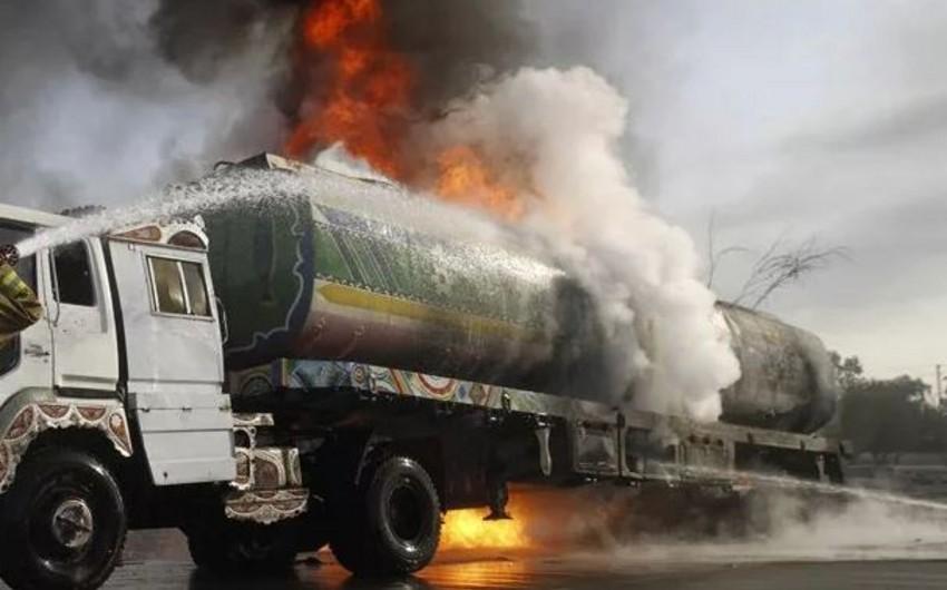 Qazaxda benzin daşıyan maşın yanıb