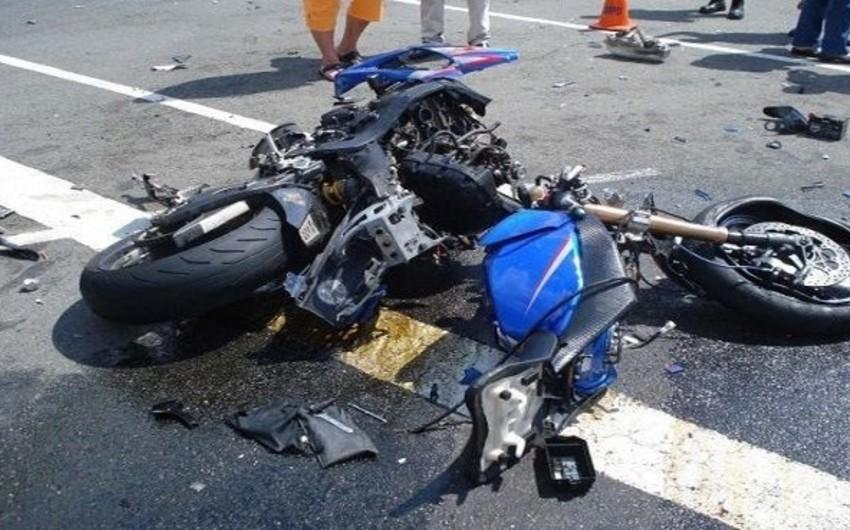 Biləsuvarda minik avtomobili motosikletlə toqquşdu, ölən var