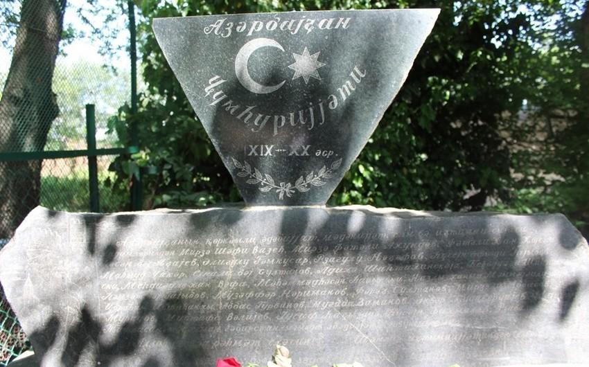 SOCAR-ın Gürcüstan nümayəndəliyinin rəhbərliyi Tbilisidə AXC yaradıcılarının məzarlarını ziyarət edib