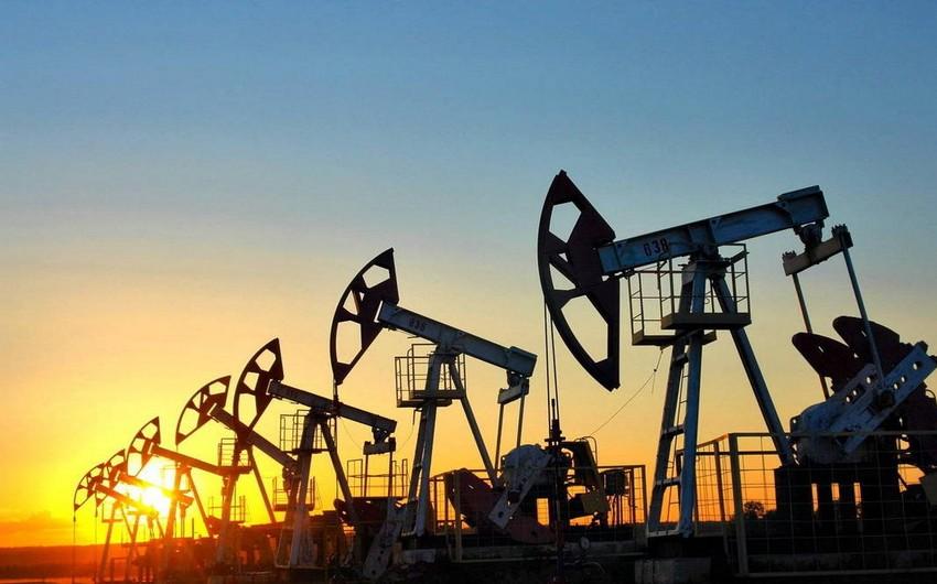 Нефть дешевеет на укреплении доллара и росте запасов бензина в США