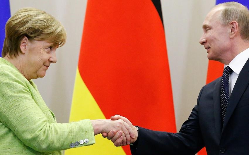 Putin Merkelin hərdən ona alman pivəsi gətirdiyini bildirib