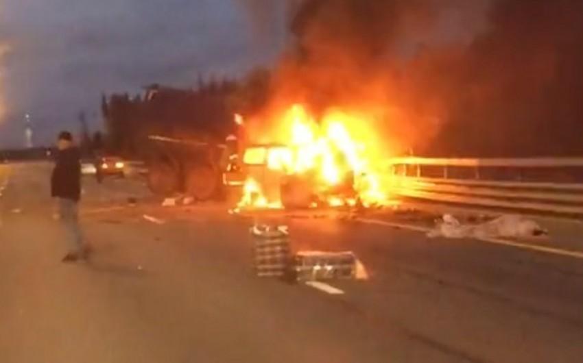 Rusiyada mikroavtobus yük maşını ilə toqquşaraq yanıb, 7 nəfər ölüb - VİDEO