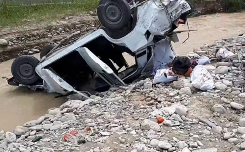 Masallıda avtomobil körpüdən aşıb, sürücü ölüb