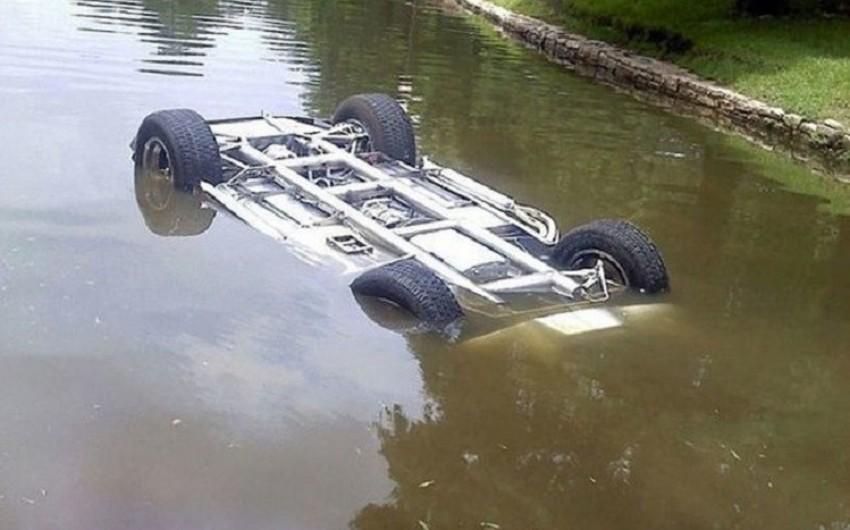 Bakıda avtomobil gölməçədə batıb, sürücü xilas edilib