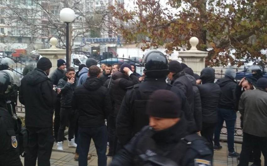 Odessada polis məhkəmə zalında dava edən 49 nəfəri saxlayıb