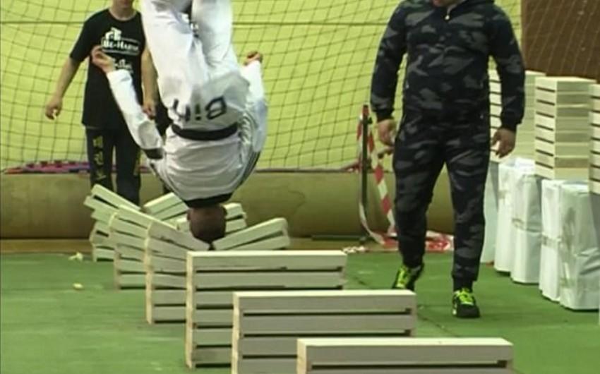 On altı yaşlı idmançı başı ilə beton blokları qırmaqda dünya rekordu müəyyənləşdirib - VİDEO