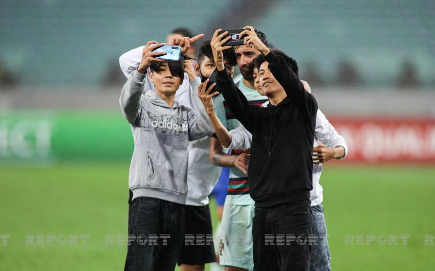 Несколько болельщиков вышло на поле в матче Азербайджан - Португалия