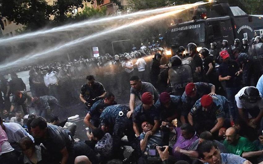 Ermənistanda etirazçılar hakimiyyətə qarşı üç tələb irəli sürüblər