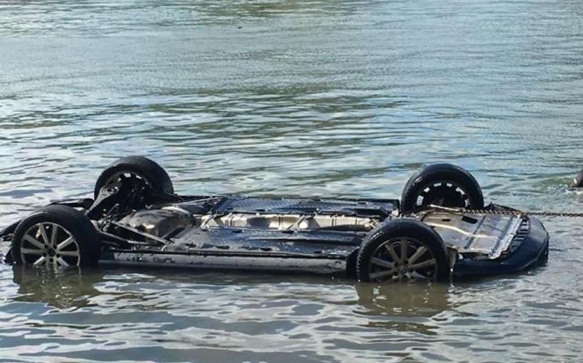 Bərdədə avtomobil kanala aşdı, sərnişin öldü