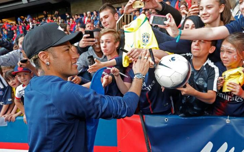 Neymar PSJ-də azarkeşlərlə rəftarına görə əlavə pul alır