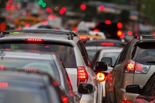 На центральных улицах Баку образовались автомобильные пробки