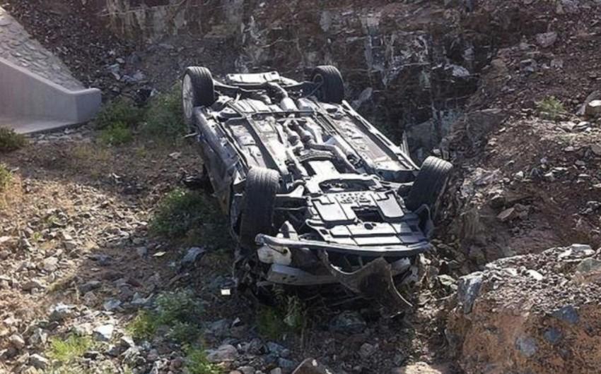 Ucarda avtomobil dərəyə düşdü, sürücü xəsarət aldı