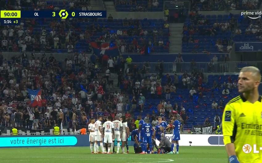 Fransa çempionatında futbolçu qəfildən yerə yıxılıb