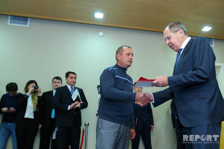 Rusiya XİN başçısı Moskva vilayətində uşaqları xilas edən azərbaycanlının atasına medal təqdim edib - FOTO