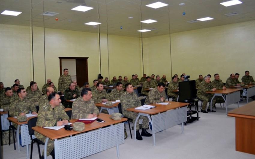 Azərbaycanın müdafiə naziri cəbhə bölgəsində yerləşən hərbi hissədə toplantı keçirib