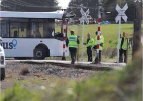 В Новой Зеландии столкнулись школьный автобус и поезд: 40 пострадавших