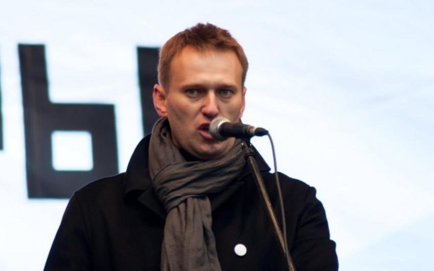 Rusiya polisi müxalifətçi Aleksey Navalnını evinin qarşısında saxlayıb
