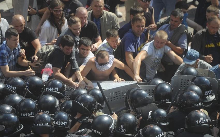 Kiyevdə yaşanan qarşıdrma nəticəsində azı 130 nəfər xəsarət alıb