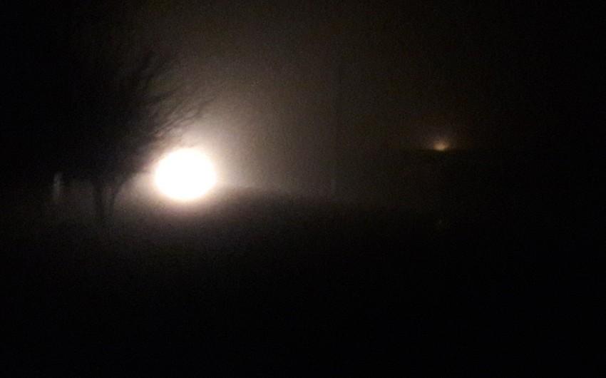 Qatı duman Biləsuvarda nəqliyyatın hərəkətini çətinləşdirib