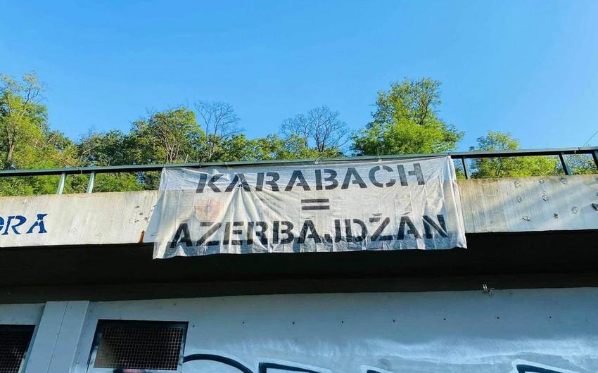 Praqanın mərkəzi körpüsündən Qarabağ Azərbaycandır! posteri asılıb