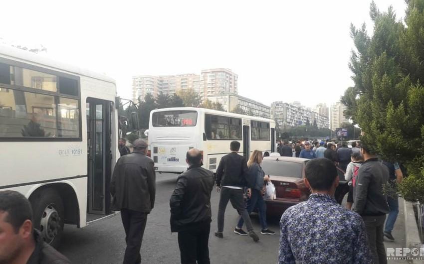 Bakıda BNA-nın cərimələdiyi avtobus sürücüsü sərnişinləri düşürərək xətdən çıxıb - FOTO - VİDEO